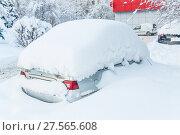 Купить «Засыпанные снегом машины после снегопада в Москве», фото № 27565608, снято 31 января 2018 г. (c) Алёшина Оксана / Фотобанк Лори