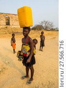 Купить «Woman with her baby on her back carrying a water canister on her head, Massangano, Cuanza Norte, Angola, Africa», фото № 27566716, снято 27 августа 2017 г. (c) age Fotostock / Фотобанк Лори