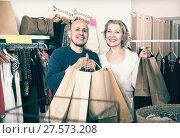 Купить «Mature spouses carrying bags with purchases», фото № 27573208, снято 18 марта 2018 г. (c) Яков Филимонов / Фотобанк Лори