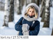 Купить «Портрет красивой девушки зимним днём в берёзовой роще на прогулке», эксклюзивное фото № 27574608, снято 23 января 2018 г. (c) Игорь Низов / Фотобанк Лори