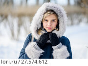 Купить «Портрет симпатичной девушки зимним днём в парке на прогулке», эксклюзивное фото № 27574612, снято 23 января 2018 г. (c) Игорь Низов / Фотобанк Лори