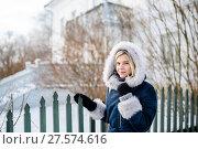 Купить «Портрет молодой девушки зимой возле деревянного забора», эксклюзивное фото № 27574616, снято 23 января 2018 г. (c) Игорь Низов / Фотобанк Лори