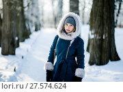 Купить «Симпатичная девушка зимним днём стоит на аллее в роще», эксклюзивное фото № 27574624, снято 23 января 2018 г. (c) Игорь Низов / Фотобанк Лори