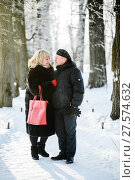 Счастливая пара.Немолодые мужчина и женщина зимой на улице стоят на аллее в парке. Стоковое фото, фотограф Игорь Низов / Фотобанк Лори