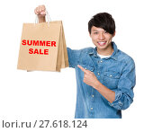 Купить «Man finger point to shopping bag for showing phrase of summer sale», фото № 27618124, снято 23 июля 2018 г. (c) PantherMedia / Фотобанк Лори