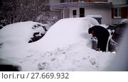 Купить «Cars covered with snow in a residential area of Moscow», видеоролик № 27669932, снято 7 февраля 2018 г. (c) Aleksandr Lutcenko / Фотобанк Лори