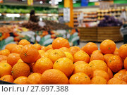 Купить «Tangerines in the store», фото № 27697388, снято 23 января 2018 г. (c) Андрей Шалари / Фотобанк Лори