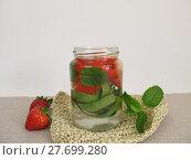 Купить «cucumber mint strawberries detox wasser», фото № 27699280, снято 22 июля 2019 г. (c) PantherMedia / Фотобанк Лори