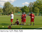 Field lacrosse. Соревнование по лакроссу на траве. Лахти, Финляндия. Запасные игроки наблюдают за игрой (2013 год). Редакционное фото, фотограф Валерия Попова / Фотобанк Лори