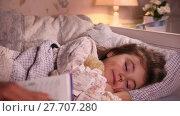 Купить «Mom reading fairy tales while putting her little daughter to sleep», видеоролик № 27707280, снято 18 февраля 2016 г. (c) Алексей Кузнецов / Фотобанк Лори