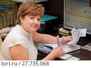 Купить «Женщина держит в руках квитанции на оплату ЖКХ и деньги», эксклюзивное фото № 27735068, снято 26 мая 2010 г. (c) Юрий Морозов / Фотобанк Лори