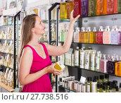 Купить «Woman buying liquid soap», фото № 27738516, снято 2 мая 2017 г. (c) Яков Филимонов / Фотобанк Лори