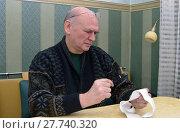 Купить «Мужчина изучает через лупу кассовый чек», фото № 27740320, снято 11 февраля 2018 г. (c) Зобков Георгий / Фотобанк Лори