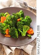 Купить «Closeup shot of steamed carrots and broccoli  on plate.», фото № 27762008, снято 14 декабря 2018 г. (c) PantherMedia / Фотобанк Лори