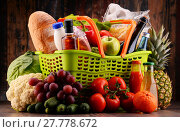 Купить «Plastic shopping basket with assorted gorcery products», фото № 27778672, снято 22 октября 2018 г. (c) PantherMedia / Фотобанк Лори