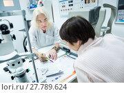 Купить «Врач-оптометрист консультирует женщину», фото № 27789624, снято 13 февраля 2018 г. (c) Ольга Визави / Фотобанк Лори