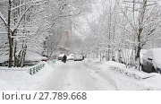 Купить «Row of snow-covered cars along the sidewalk near house. Moscow, Russia», видеоролик № 27789668, снято 31 января 2018 г. (c) Володина Ольга / Фотобанк Лори