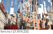 Купить «Urban installation of shiny mirrors on the background of old houses. Riga, Latvia», видеоролик № 27819232, снято 30 августа 2016 г. (c) Алексей Кузнецов / Фотобанк Лори