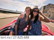 Happy Couple Tourist Girls On Vintage Car Havana Cuba. Стоковое фото, фотограф Diego Cervo / PantherMedia / Фотобанк Лори
