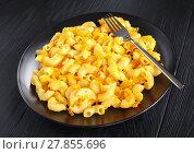 Купить «hot Mac and Cheese on black plate», фото № 27855696, снято 6 февраля 2018 г. (c) Oksana Zh / Фотобанк Лори