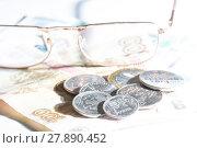 Купить «Российские рубли в монетах и бумажных купюрах», фото № 27890452, снято 16 февраля 2018 г. (c) Момотюк Сергей / Фотобанк Лори