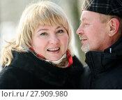 Счастливая пара. Влюблённые мужчина и женщина средних лет зимой на прогулке. Стоковое фото, фотограф Игорь Низов / Фотобанк Лори
