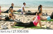 Купить «Group of sporty people practicing various yoga positions during training on beach», видеоролик № 27930036, снято 22 июня 2017 г. (c) Яков Филимонов / Фотобанк Лори