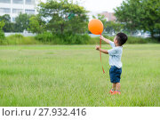 Купить «Asian boy hold with the orange ballon», фото № 27932416, снято 16 октября 2018 г. (c) PantherMedia / Фотобанк Лори