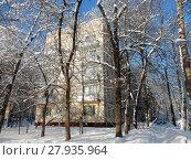 Купить «Пятиэтажный блочный жилой дом серии I-510 (1960 год). 3-я Парковая улица, 50, корпус 1. Район Северное Измайлово. Город Москва», эксклюзивное фото № 27935964, снято 6 февраля 2018 г. (c) lana1501 / Фотобанк Лори