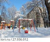 Купить «Заснеженная детская площадка во дворе жилых домов на 3-ей Парковой улице. Район Северное Измайлово. Город Москва», эксклюзивное фото № 27936012, снято 6 февраля 2018 г. (c) lana1501 / Фотобанк Лори