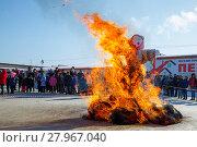Чучело масленницы объято огнём. Древний языческий обряд. Стоковое фото, фотограф Иван Карпов / Фотобанк Лори