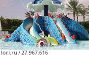 Купить «Little girl has fun riding on a water slide in a swimming pool», видеоролик № 27967616, снято 4 декабря 2015 г. (c) Алексей Кузнецов / Фотобанк Лори