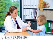 Купить «female doctor bandaging the arm of a little girl», фото № 27969264, снято 26 мая 2018 г. (c) PantherMedia / Фотобанк Лори