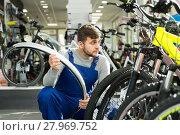 Купить «Adult professional man holding cycle frame», фото № 27969752, снято 8 января 2018 г. (c) Яков Филимонов / Фотобанк Лори