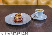 """Купить «Кафе """"Штолле"""" в торговом центре """"Митинский"""". Пирог и чашечка кофе», эксклюзивное фото № 27971216, снято 15 февраля 2018 г. (c) Виктор Тараканов / Фотобанк Лори"""