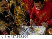 Купить «Китайский мастер Цзинь Вэнчан делает фигурки из горячей жидкой карамели, китайское «карамельное» народное искусство», фото № 27983960, снято 17 февраля 2018 г. (c) Николай Винокуров / Фотобанк Лори