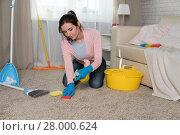Купить «young woman tucks into a house», фото № 28000624, снято 24 января 2018 г. (c) Типляшина Евгения / Фотобанк Лори