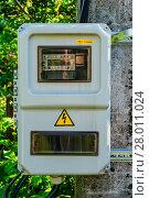 Купить «Уличный шкаф или бокс для размещения счётчика электрической энергии на одного пользователя», фото № 28011024, снято 29 июня 2017 г. (c) Устенко Владимир Александрович / Фотобанк Лори