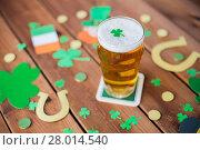 Купить «glass of beer and st patricks day decorations», фото № 28014540, снято 31 января 2018 г. (c) Syda Productions / Фотобанк Лори