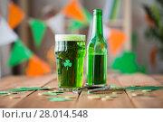 Купить «glass of green beer with shamrock and horseshoe», фото № 28014548, снято 31 января 2018 г. (c) Syda Productions / Фотобанк Лори
