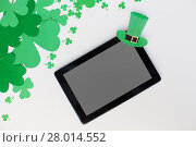 Купить «tablet pc and st patricks day decorations on white», фото № 28014552, снято 31 января 2018 г. (c) Syda Productions / Фотобанк Лори