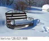 Купить «Садовая скамейка на заснеженной территории монастыря», эксклюзивное фото № 28021908, снято 2 марта 2011 г. (c) lana1501 / Фотобанк Лори