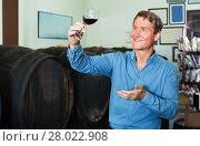 Купить «Man wine maker holding wineglass for tasting», фото № 28022908, снято 16 октября 2018 г. (c) Яков Филимонов / Фотобанк Лори