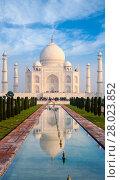 Купить «Taj Mahal Fountain Reflection Telephoto Fountain», фото № 28023852, снято 19 июля 2018 г. (c) PantherMedia / Фотобанк Лори