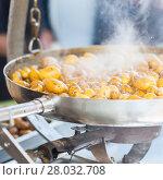 Купить «New potatoes fried in a pan with Italian recipe: potatoes salentina», фото № 28032708, снято 16 июля 2019 г. (c) PantherMedia / Фотобанк Лори