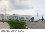 Купить «Конгресс-центр отеля Radisson Blu Resort на улице Голубая в Имеретинской низменности Адлера в пасмурный летний вечер», фото № 28048752, снято 6 июня 2017 г. (c) Наталья Гармашева / Фотобанк Лори