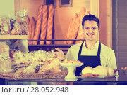 Купить «Male baker at bakery», фото № 28052948, снято 20 октября 2018 г. (c) Яков Филимонов / Фотобанк Лори