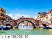 Купить «Мост Трех Арок пересекает канал Каннареджо, который соединяет Венецианскую лагуну и Гранд-канал, Венеция, Италия», фото № 28059480, снято 17 апреля 2017 г. (c) Наталья Волкова / Фотобанк Лори