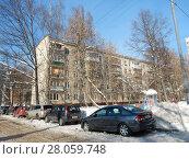 Купить «Пятиэтажный четырёхподъездный панельный жилой дом серии I-515/5м, построен в 1964 году. Зелёный проспект, 53, корпус 1. Район Перово. Москва», эксклюзивное фото № 28059748, снято 14 февраля 2018 г. (c) lana1501 / Фотобанк Лори