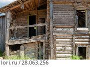 Купить «Старый разрушающися дом», фото № 28063256, снято 10 августа 2017 г. (c) Pukhov K / Фотобанк Лори